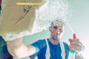 persona limpiando cristal